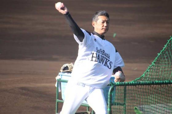 打撃投手を務める小久保裕紀ヘッドコーチ【写真:福谷佑介】