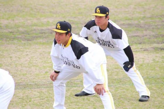 ソフトバンク・井上朋也(左)と牧原巧汰【写真:福谷佑介】
