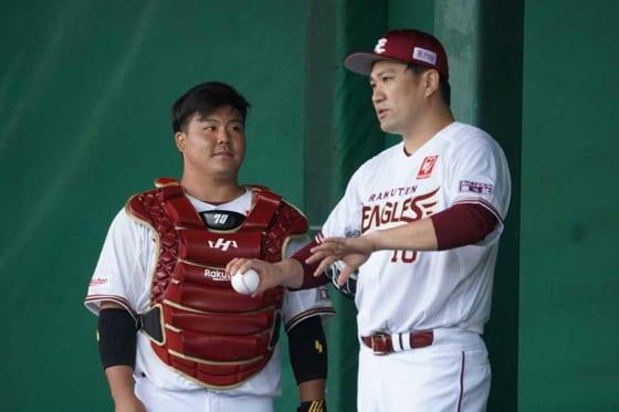 楽天・石原彪(左)と田中将大【写真:宮脇広久】