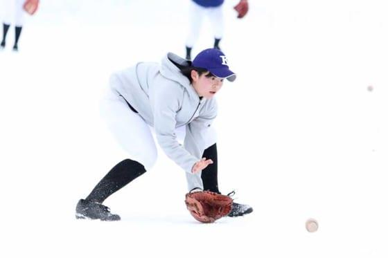 雪上ノックに励む駒大苫小牧女子野球部【写真:石川加奈子】
