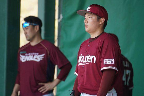 ブルペンで94球投げた松井裕樹(右)と、同僚たちの投球に視線を送った田中将大【写真:宮脇広久】