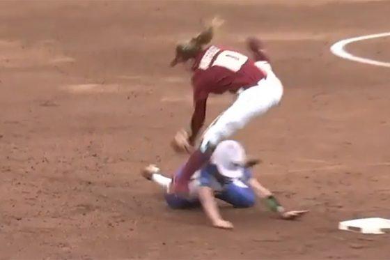 女子ソフトボールで忍者のようなスーパー美技が誕生(画像はスクリーンショット)
