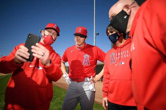 コーチらと話をするエンゼルス・大谷翔平(中央)【写真提供:Angels Baseball】