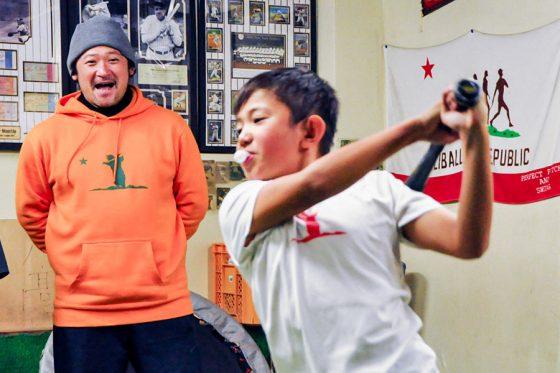 野球塾を主宰している長坂秀樹氏(左)【写真:小西亮】