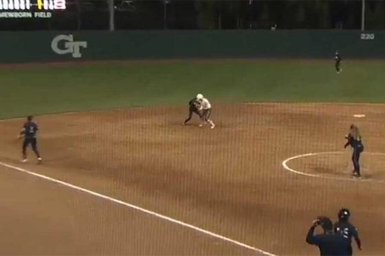 米大学女子ソフトボールで起きた高速トリプルプレーが話題(画像はスクリーンショット)