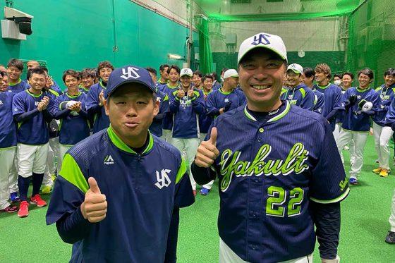 ヤクルトに加入した田口麗斗(左)と高津臣吾監督【写真:球団提供】