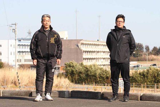 震災遺構となっている旧校舎をバックに小野寺三男氏(左)と川村桂史氏【写真:高橋昌江】