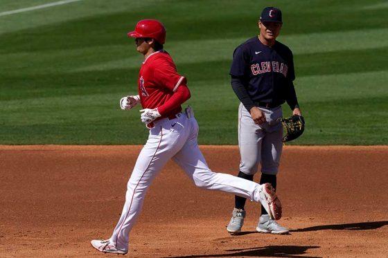 昨年のサイ・ヤング賞投手ビーバーから2ランを放ったエンゼルス・大谷翔平【写真:AP】