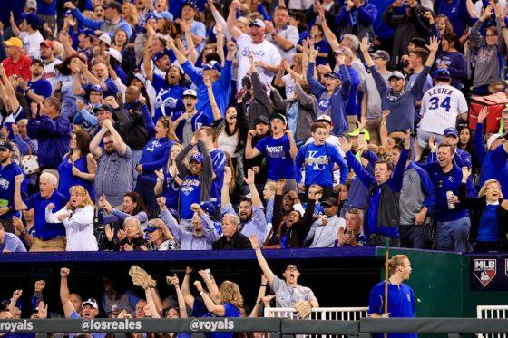 本拠地に詰めかけたロイヤルズのファンたち【写真:Getty Images】