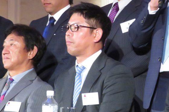 GM兼任となった琉球・清水直行監督(右)と田尾安志前GM【写真:岩国誠】