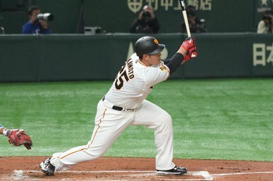 左中間フェンス直撃の適時二塁打を放った巨人・岡本和真【写真:荒川祐史】