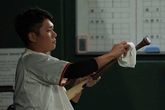 「SSK」のバットを手にする巨人・坂本勇人【写真:荒川祐史】