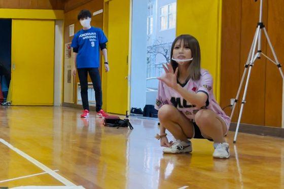 ギャル系野球女子YouTuber・めいちゅんが超魔球キャッチに挑戦【写真提供:めいちゅんちゃんねる】