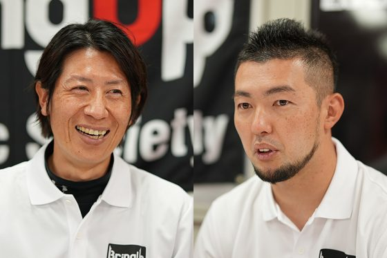 現役時代は阪神、トヨタ自動車で活躍した的場氏(左)とロッテ一筋17年の現役生活を終え、指導者として歩み出した内氏【写真:荒川祐史】