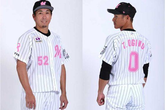 ピンクユニホームを着用したロッテ・益田直也(左)と荻野貴司【写真提供:千葉ロッテマリーンズ】