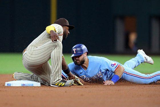 レンジャーズのジョーイ・ギャロが巧みな動きで盗塁を決めた【写真:AP】