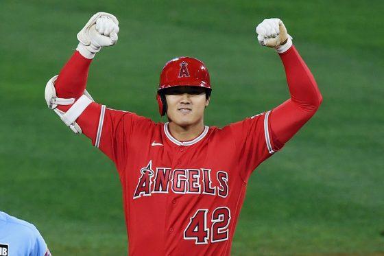 二塁ベース上で喜ぶエンゼルス・大谷翔平【写真:AP】