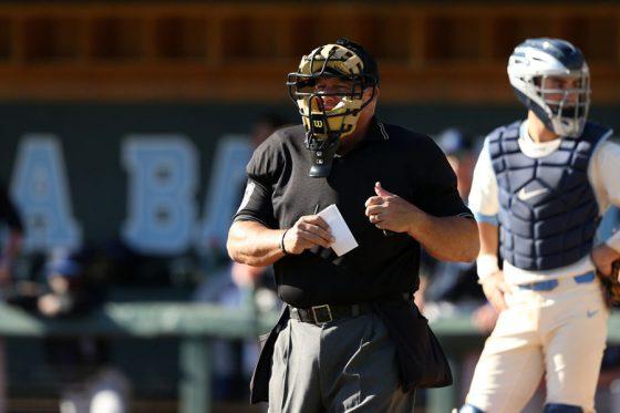 走者が打球を捕球し、説明を求めた敵将が退場に(写真はイメージ)【写真:Getty Images】