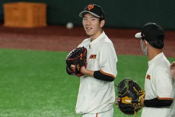 巨人・戸郷翔征(左)【写真:荒川祐史】