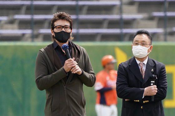 始球式に登場した新庄剛志氏(左)と三澤今朝治氏【写真:荒川祐史】