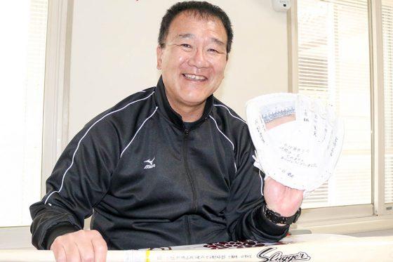 札幌新陽高校の教え子からもらった記念品を手に笑顔を見せる石井宏氏【写真:石川加奈子】
