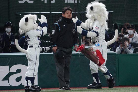 通算1500出場を達成した敷田直人審判員【写真:荒川祐史】