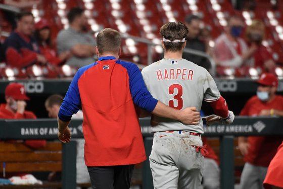 死球を受けベンチに下がるフィリーズのブライス・ハーパー(右)【写真:AP】