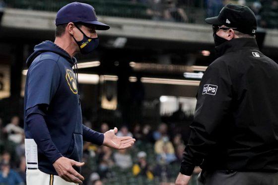 走塁妨害の判定に抗議するブルワーズのクレイグ・カウンセル監督【写真:AP】