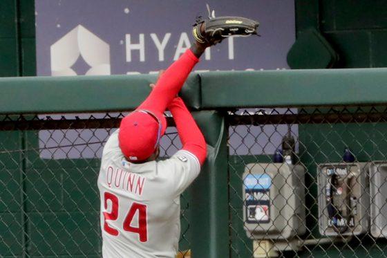 フェンスを越す打球を捕り損ねたフィリーズのロマン・クイン【写真:AP】
