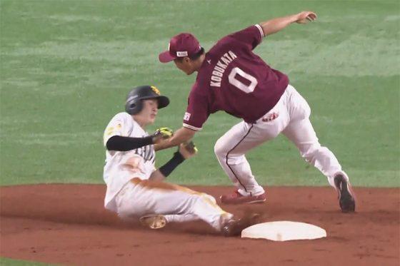 2つ目の盗塁を決めるソフトバンク・周東佑京【画像:パーソル パ・リーグTV】