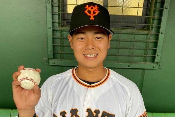 初ヒットの記念ボールを手に笑顔の巨人育成の坂本勇人【写真:球団提供】