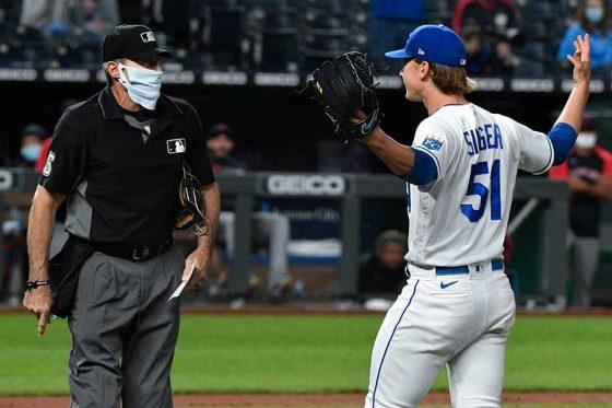 抗議を受けるエンゼル・ヘルナンデス一塁塁審(左)【写真:Getty Images】