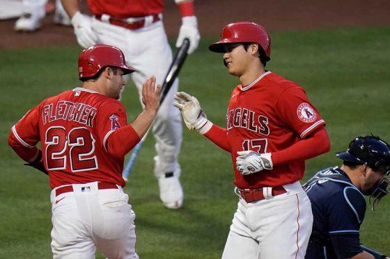 10号2ランを放ったエンゼルス・大谷翔平(右)とデビッド・フレッチャー【写真:AP】