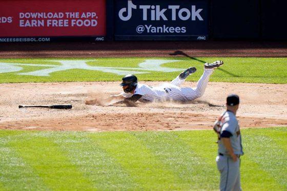 無人の本塁に生還したヤンキースのグレイバー・トーレス【写真:AP】