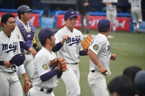 完投勝利を挙げた明大・竹田祐(中央)【写真:小林靖】