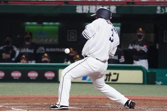 死球を受ける西武・山川穂高【写真:荒川祐史】