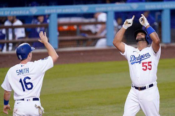 本塁打を放ちウィル・スミス(左)に出迎えられるドジャースのアルバート・プホルス【写真:AP】