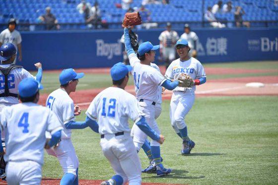 リーグ戦の連敗を「64」で止め喜ぶ東大ナイン【写真:小林靖】