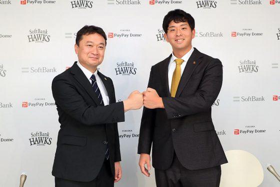 会見に臨んだ三笠杉彦取締役GM(左)と大関友久【写真:球団提供】