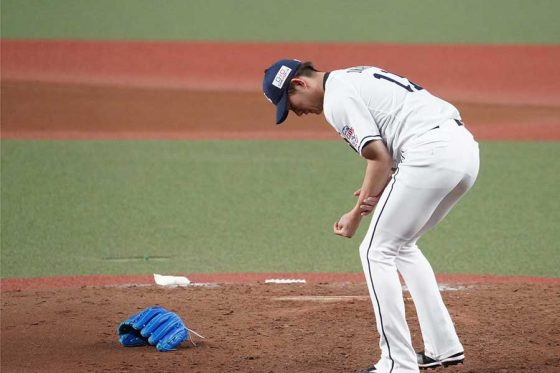打球が左手首付近に直撃した西武・今井達也【写真:荒川祐史】