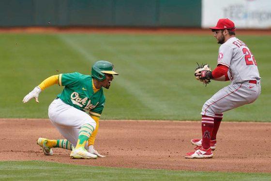 好走塁を見せたものの結局アウトになったアスレチックスのトニー・ケンプ(左)【写真:AP】