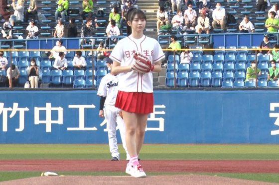 始球式に登場したモーニング娘。'21の牧野真莉愛さん【写真提供:日本生命セ・パ交流戦2021 PR 事務局】