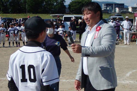 子どもたちからの質問に答える元ロッテの里崎智也氏【写真:大会提供】