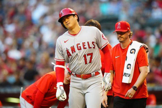 3回に自打球が右膝に直撃し苦悶の表情を浮かべるエンゼルス・大谷翔平【写真:ロイター】