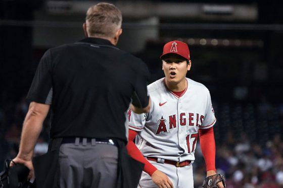 ボーク判定に納得のいかない表情を見せるエンゼルス・大谷翔平【写真:AP】