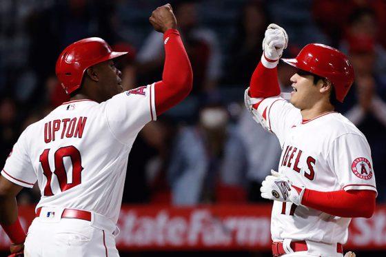 20号本塁打を放ちタッチを交わす大谷翔平(右)とジャスティン・アップトン【写真:AP】