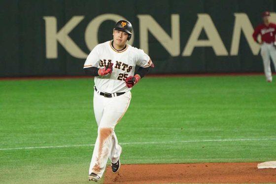 逆転の23号3ランを放った巨人・岡本和真【写真:荒川祐史】