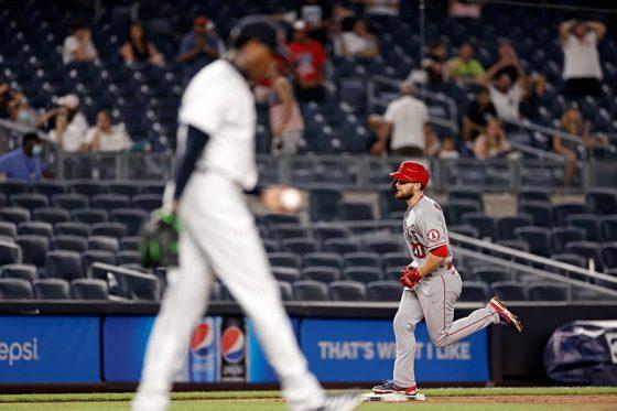 ヤンキースのチャップマンは9回にウォルシュに同点満塁弾を許す【写真:AP】