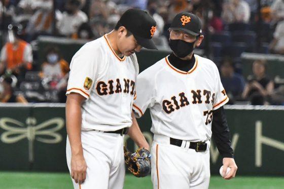 降板する巨人・菅野智之(左)と桑田真澄コーチ【写真:中戸川知世】
