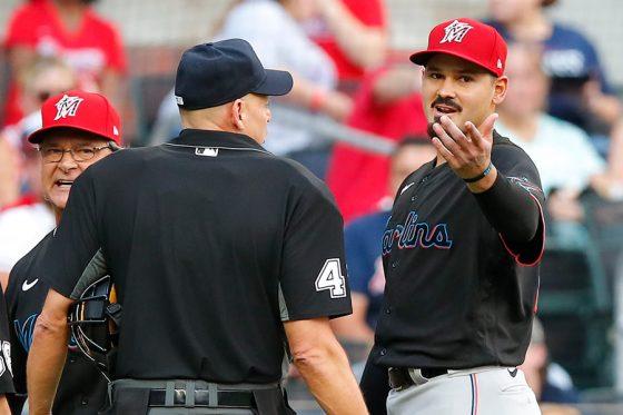 わずか1球で退場処分を受けたマーリンズのパブロ・ロペス(右)【写真:Getty Images】